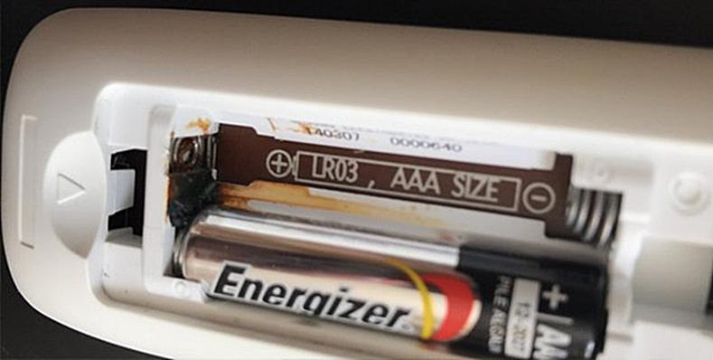 Pilhas alcalinas energizer vazou no controle remoto oxidando a mola do suporte.