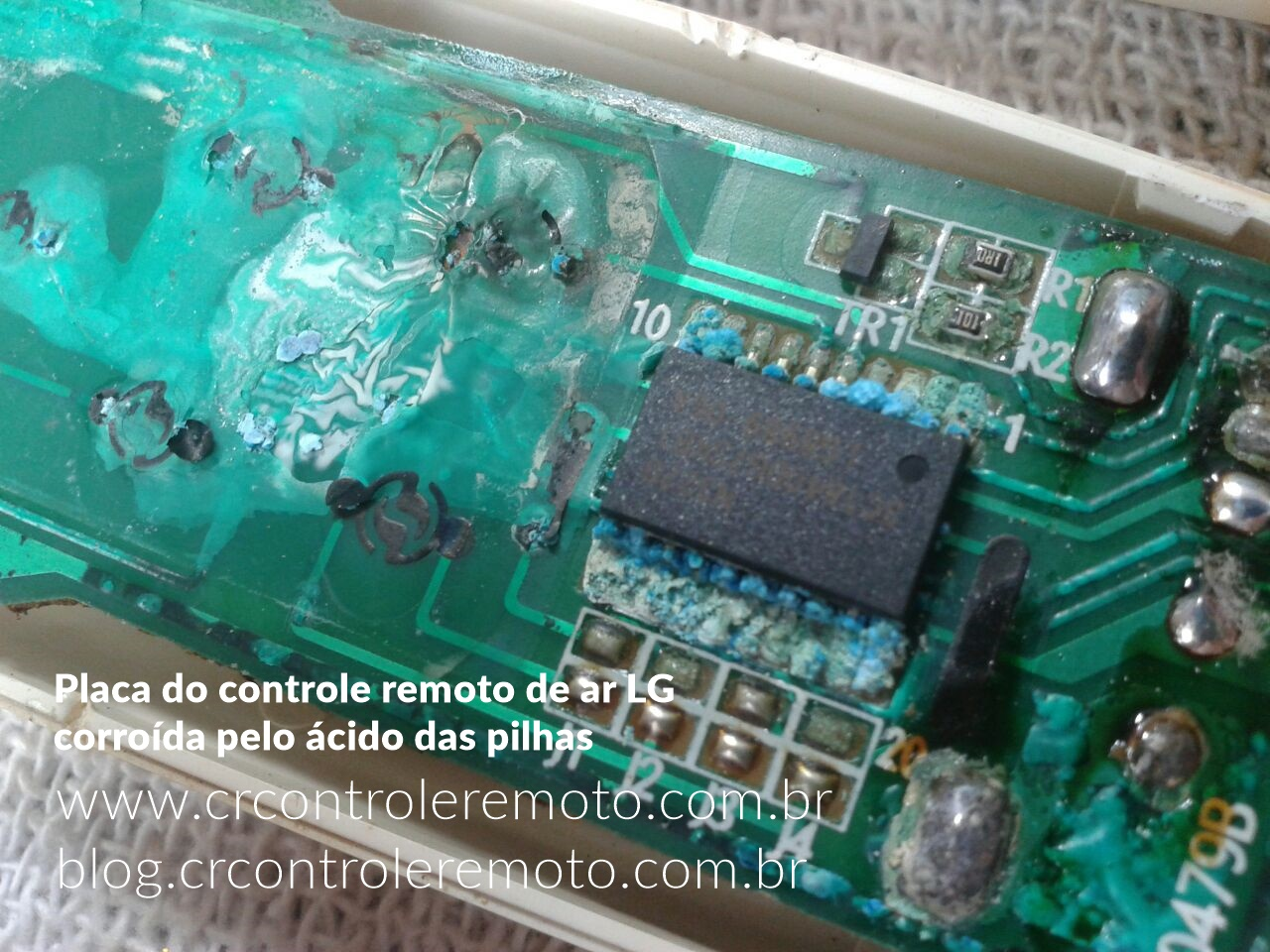 Placa do controle remoto de ar LG corroída pelo ácido das pilhas